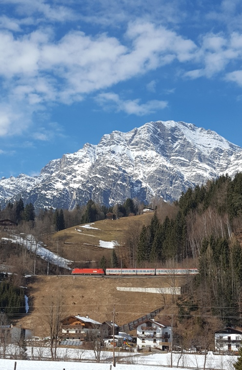 Nein, das ist keine Aufnahme einer Modelleisenbahn sondern die ungefilterte Postkartenidylle! Leogang im Salzburger Land.