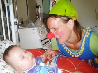 Ein Clown besucht Lenny in der Rhea-Klinik.