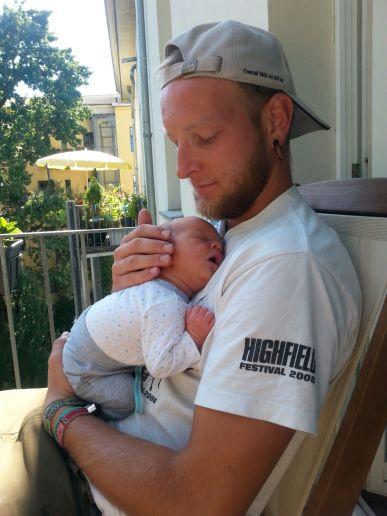 Auf diesem Bild ist der Mini gerade 3 Tage alt und fühlt sich sichtlich wohl bei seinem Onkel Bem!
