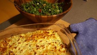 Zucchini-Käsekuchen mit Fetakruste, dazu Salat. Fantastisch!